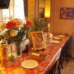 ザオー - カウンター席には、イタリアの装飾品が並んでいて、どこか異国情緒が漂う雰囲気です!