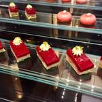 ヴェンタリオ - チェリーとピスタチオのケーキ@ピスタチオ香りよくとチェリーの実入り 酸味あり