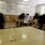 にい好!朋友 - カウンター席・テーブル席・小上がりがあります。