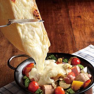 迫力満点!目の前で削り落とす、とろとろ濃厚ラクレットチーズ