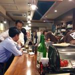 酒場さかい - 店内風景。客に背を向けて作業するスタッフ。厨房の構造的な欠陥なのかも?