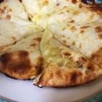 マリカ - チーズナンのアップ。チーズたっぷり。