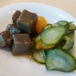 ムスムス - コンニャクの炒り煮、胡瓜の酢の物