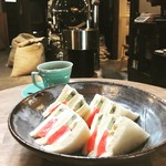 市川屋珈琲 - 季節のフルーツサンド(キウイ、バナナ、マンゴー、スイカ)と市川屋ブレンド