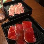 焼肉左近 - 料理写真:テーブルで注文するお肉2種類
