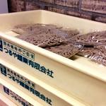 """阪神そば - そばは、大阪の""""つるや麺業""""製だ。麺つゆも卸しているようだ。"""
