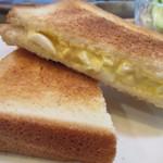セブンローストコーヒー -  ホットエッグサンドはトーストされたパンに玉子がサンドされてるんでパリッとした食感が伝わり美味しさが倍増してましたよ。