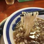 ぶっとび亭 - ざる中華そばの麺リフト〜(*^▽^*) ツルッとモチっとの中細麺ですね。スープはあっさりいりこでキリッと醤油が効いてます。玉ねぎが甘みと旨みを増してますね