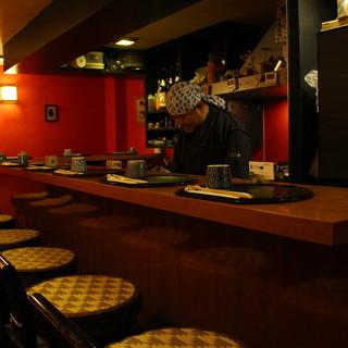 カウンター10席。店主の人柄に惹かれた日本酒好きが集まるお店