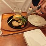 いしがまや ハンバーグ - プレミアムハンバーグステーキ レギュラーセット オネエサンが卓上でカットしてくれます。