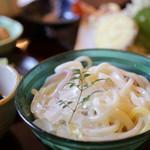 平尾屋 - 料理写真:のどごしつるり!紫芋、かぼちゃなどで色付けした麺が爽やかです!
