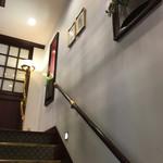 神戸にしむら珈琲店 - 2階への階段脇にも絵画!