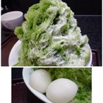 鶴屋吉信 - *宇治氷(972円:税込) かき氷にお抹茶をかけた半面には、練乳がかけられ白玉が添えられています。 濃いめのお抹茶がタップリかけられていますので風味がいいですね。
