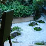 ザ・グリル - 窓からの庭景色