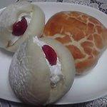 いつものパン屋 - 苺のほっぺとチーズパン