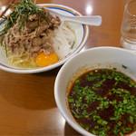 ラーメン暁 - 夏限定の「ピリ辛冷し肉つけめん」(900円)