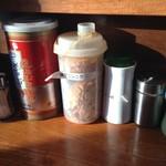 69012542 - カウンターテーブル上の薬味類