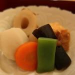 69015129 - モロッコインゲン、人参、昆布巻き、玉蒟蒻、里芋、ちくわ、厚揚げの煮物
