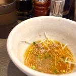 博多長浜らーめん いっき - ラーメンのスープを注ぎます…、私はレンゲに3杯くらい…、自分の好みでどうぞ…