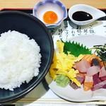69024455 - お刺身、錦糸卵、葱、刻み海苔、卵黄と酢飯。