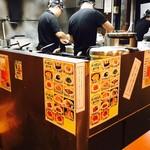 曽さんの店 - 餃子作りに勤しむ厨房!