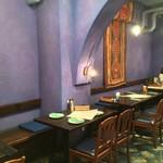 ダバ インディア - 入口近くのテーブル席
