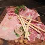 ナポリの食堂 アルバータ アルバータ - ◆イタリア産・生ハム&サラミの盛り合せ 880円