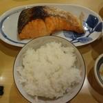 69032222 - 甘塩鮭焼きとご飯