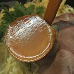 69034518 - コガネに光る表面と、内部は少し白濁した塩スープ