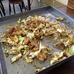 亀とん食堂 - 兎に角、キャベツを混ぜまくります。味噌が満遍なく行き渡る様にであります。