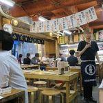 タカマル鮮魚店 - 全50席の店内、金曜18時半の時点では半分の入り