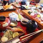 和食処 山女魚 - ランチの御膳 は 4人用テーブルに載りきらないほどのボリュームです。    2017.06.03。
