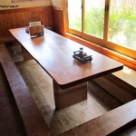 和食処 山女魚 - 店内の様子。この他に 座敷席、小上がり、テーブル席が有ります。2階にも客席が有るようです。