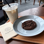 Drip-X-Cafe 中之島フェスティバルタワー店 - カフェラテ(Iced)R、クッキー(ダブルチョコファッジ)