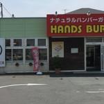 ハンズバーガー - ロゴマーク、可愛いっすな!こういった外観の写真は、往々にして小汚い自身の醜悪な姿が写ってたりするから気を付けろよ、とおしぇらってますからハイ、抜かりねぇべ!?しかし昔よ、仙台にもサンライズハンバーガーちう地元資本の店があってよ、、、