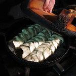 鉄なべ - 鉄なべ餃子製作中