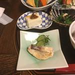 古材の森 - 魚料理の付け合せのきゅうりが甘い。 何のお豆腐だろ、お味噌がかかってる。 炊き合わせのお野菜にもズッキーニが。