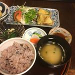 古材の森 - ズッキーニの挟み揚げ、揚げ立て。 豆腐、ワカメ、エノキの味噌汁。 お漬物、浅漬かと思いましたがしっかり漬かって美味しい。