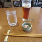 薫屋 - 生ビール(ちょっと飲みかけ)・お通し