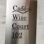 Cafe Wise Court 102 - 入口横の看板