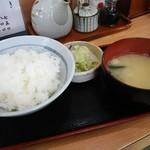 燕楽 - ご飯、漬物、お味噌汁