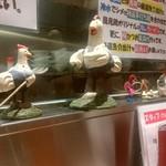 RAMEN 風見鶏 - 店内は至る所に鶏が