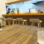 麺食堂 歩ごころ - カウンター席とテーブル席。