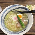 麺食堂 歩ごころ - 潮ラーメン+サラダ680円。