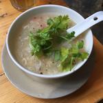ベトナム酒場 ビアホイ - スープにパクチー投入!