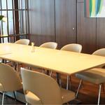 COOKA - 店内のテーブル席