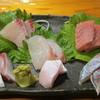 魚虎 - 料理写真:刺身盛り合わせ:?円(鮪から時計回りで、鯵、ヒラマサの腹、鯖、ヒラマサときて、中央が鯛)