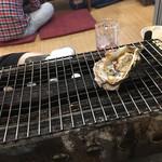 かき小屋 大漁船 - 2017/6/23 ディナーで利用。 各テーブルには、焼き網が置いてあり、自分で焼いていきます(´∀`*)