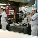 宝華 - 厨房は大勢の調理人