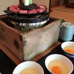 太田なわのれん - ぶつ切り牛鍋の登場です。七輪で煮ます('17/06/24)